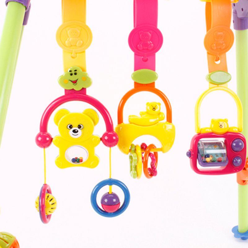 Những con vật, đồ chơi ngộ nghĩnh được gắn vào kệ tạo cảm giác thích thú cho bé