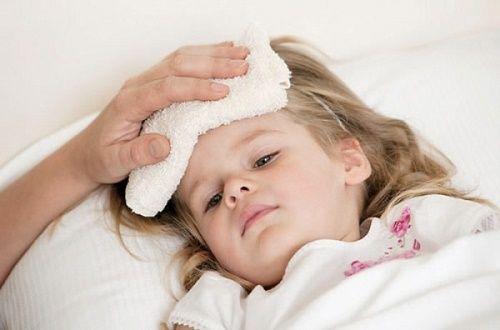 Khi trẻ bị sốt trên 38,5 độ, mẹ nên nhanh chóng cho bé uống thuốc hạ sốt