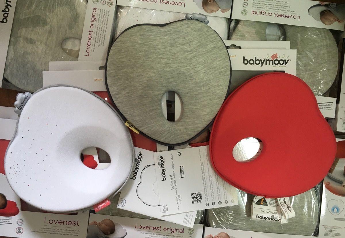 Gối chống bẹp đầu Babymoov hiện có 4 màu là trắng, ghi và đỏ, xanh nhạt