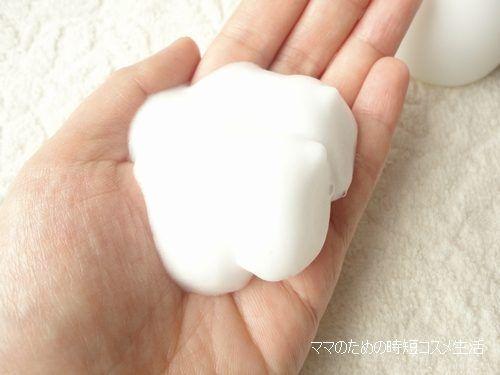 Sữa rửa mặt có dạng cream, chất kem mềm mịn, dễ dàng tạo bọt nhanh chóng, giúp làm sạch da mặt nhanh và sâu
