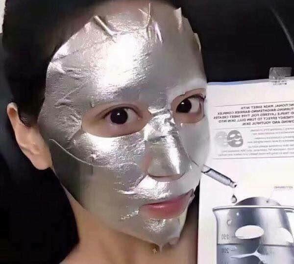 Mặt nạ Returning Platinum nhìn như một lớp giấy bạc, ôm sát vào mặt hơn và hạn chế được tình trạng xuất hiện nếp nhăn