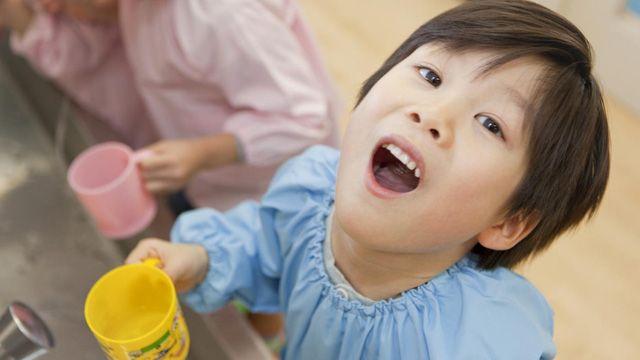 Súc miệng với Lion Clinica Dental Rinse Kids mỗi ngày giúp răng bé chắc khỏe hơn